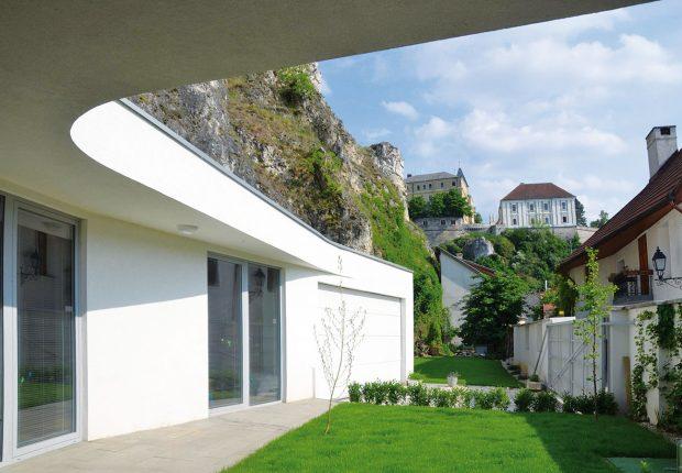 Přesah střechy podél celého přízemí vytváří typickou verandu aevokuje tradiční dolnozemskou vesnickou architekturu. FOTO Zsolt György Kovács