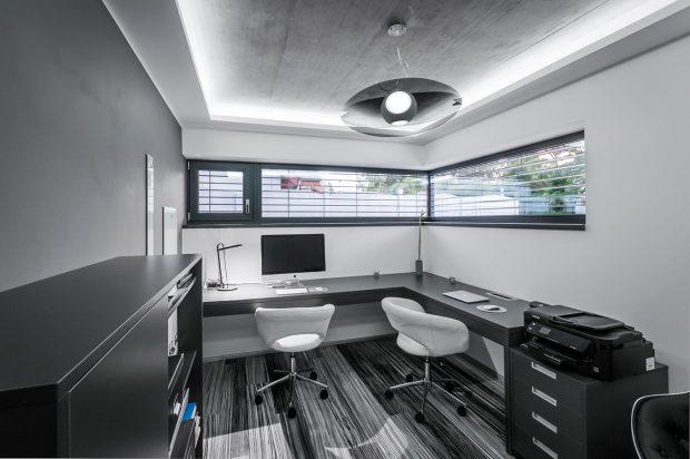 Dva pracovní stoly vypovídají otom, že je určena pro dvě stabilně zde pracující osoby, jednací stůl a židle jsou pro klienty. FOTO Tomáš Vejrosta, Inoutic