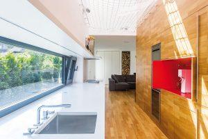 """Výtvarnému zpracování zcela uzavíratelné kuchyňské linky architekti říkají """"efekt vykousnutého jablka"""". FOTO LINDAB"""