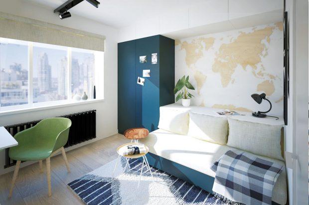 Multifunkční nábytková stěna tvoří celek zastupující úložné prostory, sedačku ipostel. Modrá barva podporuje cestovatelskou náladu vinteriéru. NÁVRH LUCIA KUŠNÍROVÁ