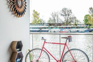 Je kolo dekorace, nebo jej obyvatelé plovoucího domu skutečně používají? Bezesporu může dobře posloužit jako obojí, zejména proto, že nejen vHolešovickém přístavu, ale zpravidla kdekoli uvody je příjemná rovinka ačasto též slušné cyklostezky.