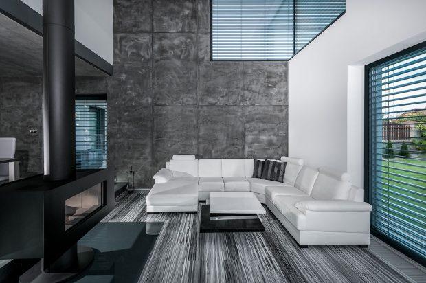 Prostor v obýváku zčásti vyplňuje bíla sedací souprava a konferenční stolek, vyráběný, stejně jak všechen ostatní nábytek, na míru. FOTO Tomáš Vejrosta, Inoutic