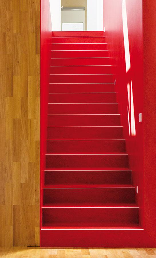 """Významný prvek celé dispozice je jednoramenné schodiště umístěné do hmoty """"boxu"""", který je dělicím prvkem mezi jídelnou, kuchyní a obývací částí. FOTO LINDAB"""