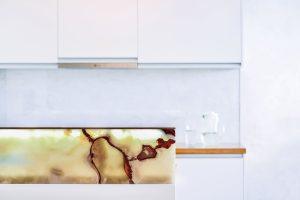 Zajímavým detailem vrámci linky je zapuštěné čiré sklo nad pracovní deskou. Překrývá zde kletovanou omítku, takže ji chrání před znečištěním ave spojení sní tvoří zajímavý vizuální efekt. FOTO ATELIÉR SENAA