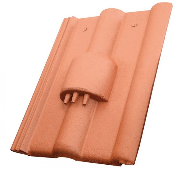 Celobetonová taška kabelových prostupů slouží jako bezpečný aspolehlivý prvek kpropojení elektrických adatových kabelů přes střešní plášť. Taška hadicových prostupů je zase určena pro vedení izolovaného potrubí solárních kolektorů ve střeše. Doplňky zbetonu se vyznačují vysokou pevností, odolností adlouhou životností. Na rozdíl od běžných plastových jsou stálobarevné aodolávají náročnějším klimatickým podmínkám. (Více na www.kmbeta.cz) FOTO KM BETA