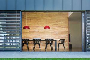 Vsouladu smoderními trendy jsou obývací pokoj ajídelna zcela propojeny se zahradou. Červený není jen vnitřek skříněk, ale idalší zařizovací předměty. FOTO LINDAB