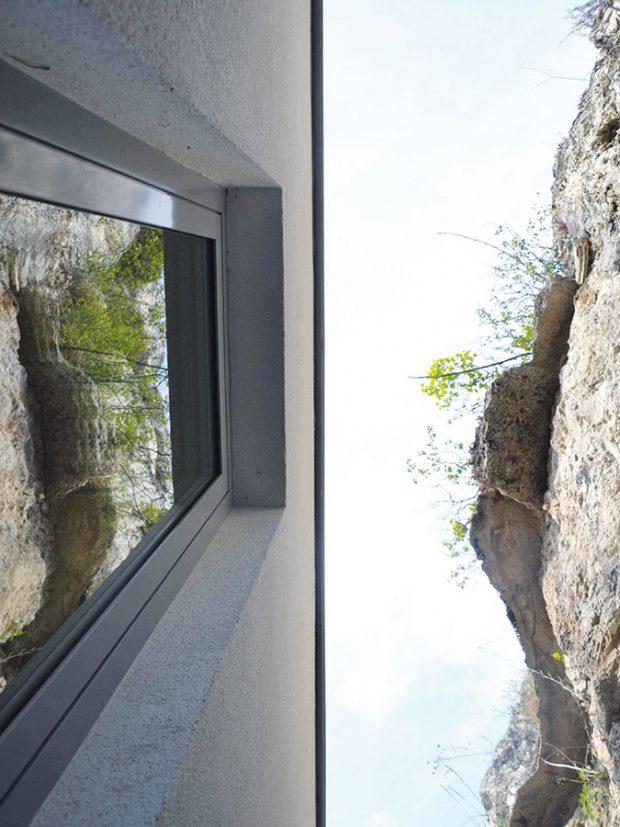 Mezi domem askálou vznikly terasy, které přivádějí denní světlo do částí domu, které jsou orientovány tímto směrem. FOTO Zsolt György Kovács