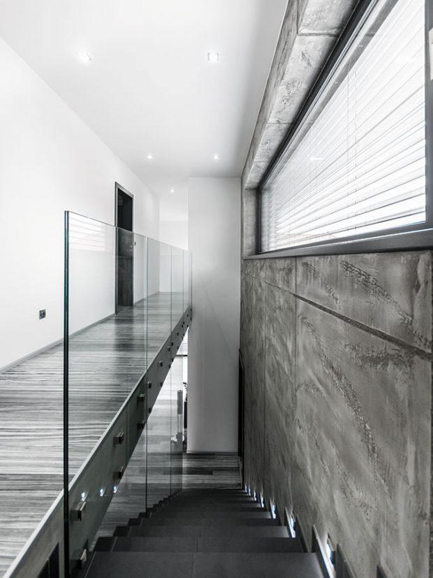 Zábradlí je vyrobeno ztvrzeného bezpečnostního skla, lemující schody do prvního patra ado galerie. FOTO Tomáš Vejrosta, Inoutic