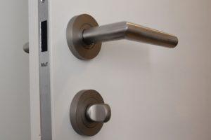Bezfalcové dveře osazené magnetickým zámkem, FOTO: SEPOS, spol. s r.o.