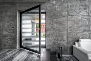 U velkoformátových oken či dveří musí okenní systém unést vysokou hmotnost zasklení, a to několik stovek kilogramů. Proto je volba kvalitního profilu důležitá. FOTO Tomáš Vejrosta, Inoutic