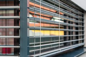 Komplikovanější byla realizace vnějších žaluzií, které jsme vkládali do fasády tak, aby ve stavu, kdy jsou vytaženy, nebyly viditelné. FOTO Tomáš Vejrosta, Inoutic