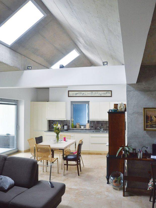 Pokud byste očekávali tradiční dispozici, spletli byste se. Vnitřní prostor vdenní části je otevřený až do střechy. FOTO Zsolt György Kovács