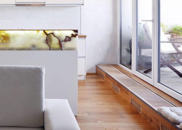 Původní standardní plechové radiátory nahradila nízká otopná tělesa ukrytá vmřížkované podokenní lavici zdubového masivu, která se nyní táhne kolem celé prosklené stěny. FOTO ATELIÉR SENAA