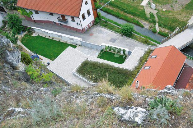 Najdi dům! Stavba má jak tradiční sedlovou střechu, tak iplochou sextenzivní zelení. FOTO Zsolt György Kovács
