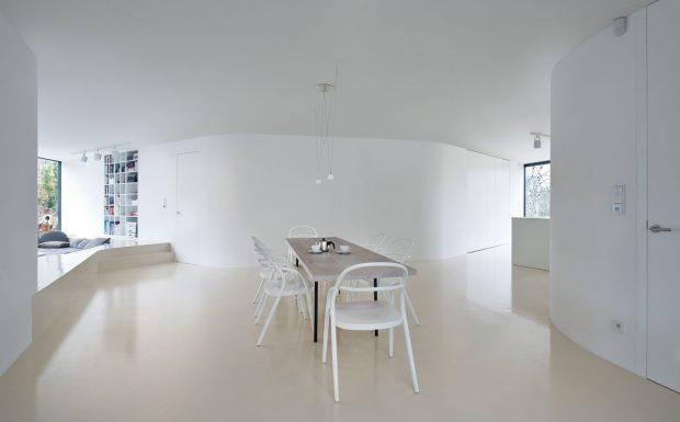 Bílá interiéru jednoznačně dominuje – bílé jsou ižidle, lampy, dokonce ideska jídelního stolu vcentru dispozice je bělená. FOTO TOMÁŠ RASL