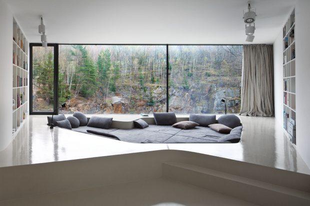 Namísto tradičního sofa je zde jakýsi odpočinkový ostrov – soriginálním výhledem na neustále se měnící přírodu za oknem. FOTO TOMÁŠ RASL