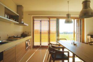 Kuchyň v novém obytném domě nabízí mimořádný výhled a vstup na terasu. FOTO TOMÁŠ RASL