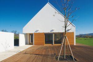 Dřevěné posuvné dveře jsou efektním i praktickým prvkem domu, jejich materiál ladí s dřevěným povrchem venkovní podlahy. FOTO TOMÁŠ RASL