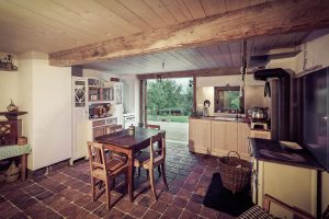 Z letní kuchyně vstoupíte přímo do rozlehlé zahrady. Foto Lukáš PELECH