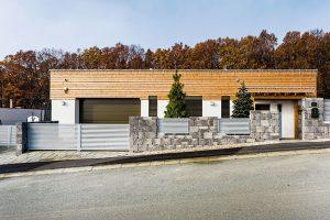 Vkusný minimalistický design domu navzdory své jednoduchosti působí na pozadí svažující se ulice dynamicky. Obklad ztermodřeva zase příjemně koresponduje snedalekým lesem. FOTO MARTIN MATULA