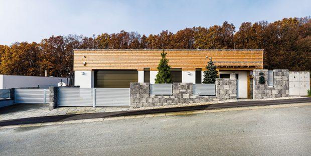 Dá se to! Moderní jednopodlažní dům postavili vlastními silami