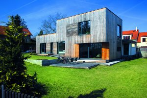 Jednoduchý dům, který citlivě kopíruje klesající terén