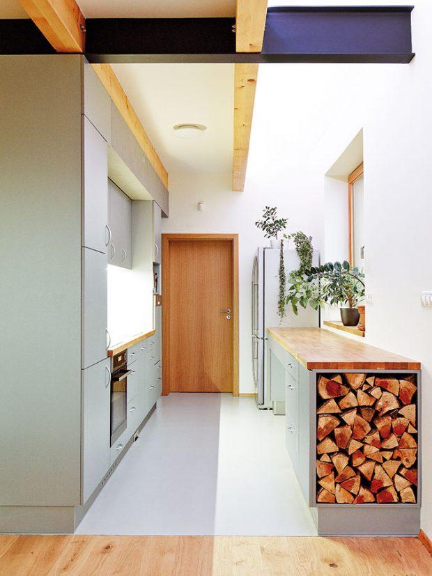 Stejné materiály, barvy astruktury hrají důležitou roli vinteriéru iexteriéru, efektně vyřešený je izásobník na dřevo. FOTO Jan Medek, Jakub Tomec