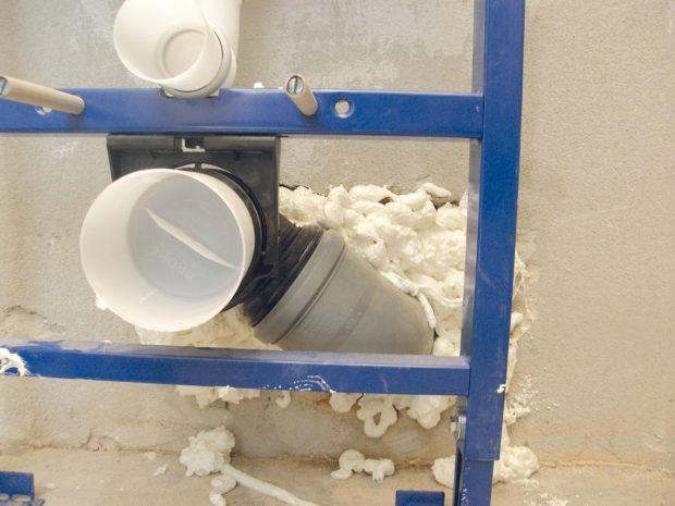 2. MONTÁŽNÍ PĚNA Povrch díry pokropíme vodou avyplníme otvor vzniklý napojením instalačního rámu nízkoexpanzní montážní pěnou. FOTO Lucia Pristachová Hô-Chí