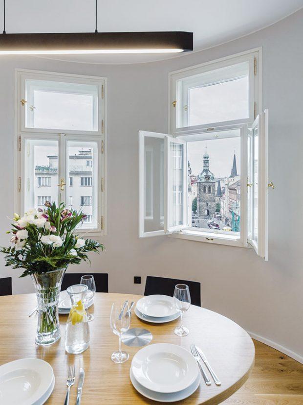 Unikátní dispozice rohového bytu spolu svýhledem na jedno znejkrásnějších míst vPraze – Petrské náměstí – se stala inspirací pro nevšední oválné řešení hlavní místnosti, kuchyně sjídelnou. FOTO ARCHIV DELICODE