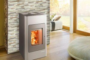 Šedá ocelová krbová kamna od výrobce HAAS+SOHN vjednoduchém klasickém designu se hodí do většiny nenáročných interiérů.