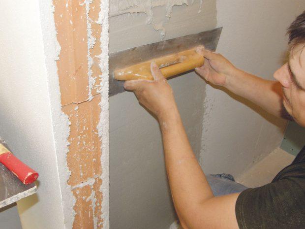 8. OMÍTÁNÍ Na boční stěny toalety, které ponecháme bez obkladu, aplikujeme pomocí hladítka jemnozrnnou omítku. FOTO Lucia Pristachová Hô-Chí