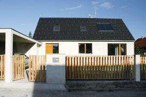 Hlavní vstup do domu zboční strany je opět typický pro lidovou architekturu, stejně jako dřevěný plaňkový plot. FOTO Jan Medek, Jakub Tomec