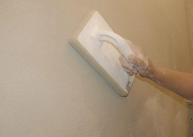 9. VYHLAZENÍ Omítku nanesenou na stěně necháme chvíli schnout. Pěnovým hladítkem ji vyhladíme. Pokud je povrch příliš suchý, hladítko navlhčíme. FOTO Lucia Pristachová Hô-Chí