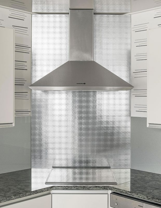 Oltreluce Space Silver, kolekce vzorovaných skel od Michela De Lucchi, obklad za kuchyňskou linkou. Foto AGC Glass Europe