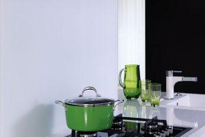 Matelac T Cool White, lakované sklo pro tepelné zpracování se saténovým povrchem, kuchyňská pracovní deska. Obklad za linkou. Foto AGC Glass Europe