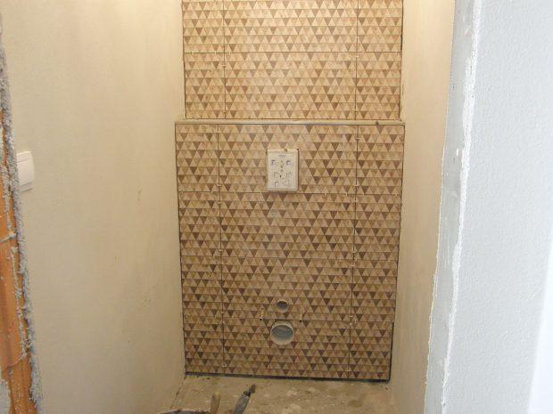 10. OBKLÁDÁNÍ Obložíme zadní stěnu toalety, držíme se středového principu (odřezky budou na krajích). Do obkladu vyřízneme potřebné otvory. FOTO Lucia Pristachová Hô-Chí