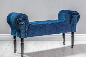 Lavice vdžínovém stylu vyrobená zbukového dřeva ačalouněná kvalitní džínovinou. Lavice od společnosti Sameskin jsou originály vyráběné na míru. FOTO SAMESKIN