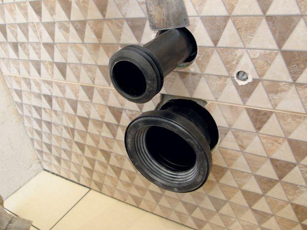 12. NAPOJENÍ Trubky podomítkového systému azávěsného WC vložíme do odpadového otvoru avyznačíme si doraz. FOTO Lucia Pristachová Hô-Chí