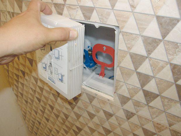 17. KRYT Ořežeme plastový kryt splachovače, který vystupuje zobkladu nad zavěšeným WC. FOTO Lucia Pristachová Hô-Chí