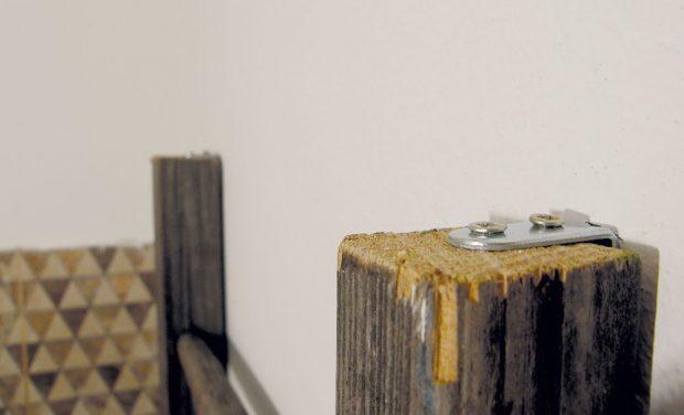 23. ŽEBŘÍK Žebřík zavěsíme na kovové úhelníky upevněné šrouby do stěny. Aby se lépe udržoval, ponecháme ho nad úrovní podlahy. FOTO Lucia Pristachová Hô-Chí