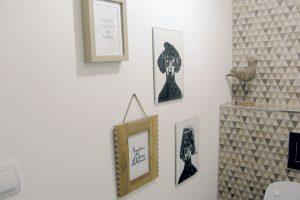 24. OBRÁZKY Abychom imístnost, jakou je toaleta, pozvedli, umístíme do ní na volnou stěnu obrázky. FOTO Lucia Pristachová Hô-Chí