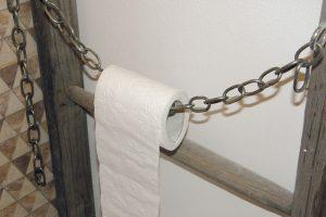 27. ŘETÍZEK Zbytek řetízku zosvětlení zavěsíme na jedno oko šroubu, řetízek provlékneme toaletním papírem adruhý konec zavěsíme na druhý šroub. FOTO Lucia Pristachová Hô-Chí