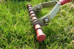 Vertikutační hrábě vyhrabou plsť z okrajů nebo z příliš členitého trávníku, kam se stroj nedostane. foto: Lucie Peukertová