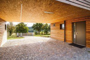 Díky důmyslnému architektonickému provedení můžou majitelé zastavit přímo u vchodových dveří, což přijde vhod zejména při nepříznivém počasí. FOTO Lukáš Erban