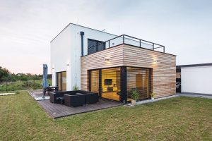 Dům je hmotově složen ze dvou kvádrů srůznými povrchovými materiály. Větší kvádr má kontaktní zateplení, sfinální fasádní stěrkou. FOTO: J.A.P. spol. s r.o.