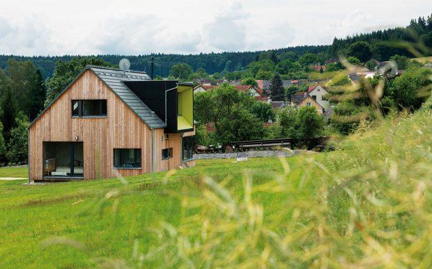 Navržený dům je umístěn tak, aby byla splněna základní podmínka majitele: krásné výhledy do krajiny, především na nedaleký kopec Čerchov. FOTO MARTIN ZEMAN