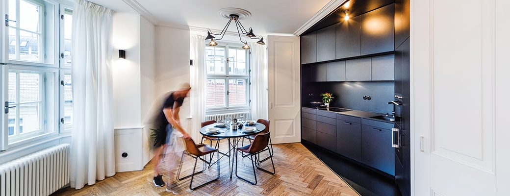 Citlivá rekonstrukce bytu v historickém centru Prahy propojila prvky minulosti s moderním minimalismem