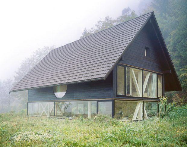Silný vztah kokolí vyjadřuje stavba už na první pohled svou jednoduchou formou apřírodním stavebním materiálem. FOTO IOANA MARINESCU AARCHIV NOVATOP