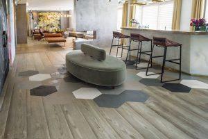 Vysoce kvalitní dřevěné podlahy od italského výrobce Mardegan. Volit můžete zdvouvrstvého či třívrstvého provedení, různých délek išíří lamel, znejrůznějších stylů, mnoha barevných variant ikonečné úpravy dřeva vpodobě hladkého povrchu, kartáčování, ručního hoblování, zaoblení, ostaršení, pískování či katrování.Nášlapnou vrstvu podlahy tvoří vždy pouze evropské dřeviny. Ruční úpravě dřeva se věnují mistři řemesla sdlouholetou praxí adůrazem na kvalitu adetail. Foto Boca