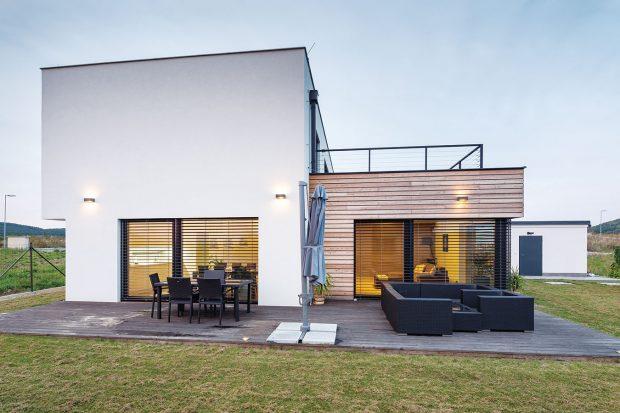 Dominantou domu jsou velké prosklené plochy, které propojují interiér sterasou. Na tu si majitelé umístili jídelní stůl ikřesílka, sloužící krelaxaci. FOTO: J.A.P. spol. s r.o.